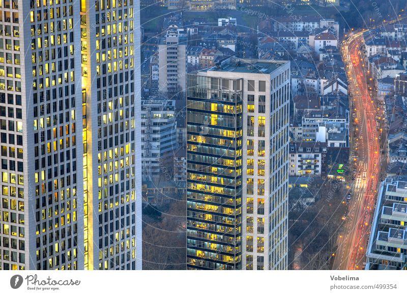 Frankfurt, abends blau Stadt rot Straße Architektur Gebäude Business Büro Fassade Verkehr Hochhaus Bauwerk Geldinstitut Bankgebäude Skyline Verkehrswege