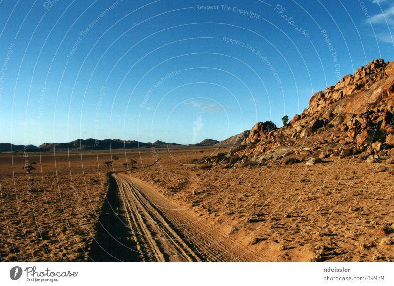 Irgendwo in Afrika Namibia Einsamkeit Abenteuer Wildnis Outback Wüste Wege & Pfade trist leer Blauer Himmel Freiheit Ferne