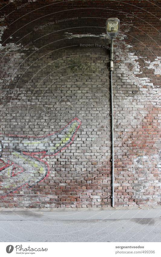 S i Stadt Stadtrand Menschenleer Brücke Tunnel Bauwerk Mauer Wand Straße Straßenlaterne Stein Beton Graffiti alt leuchten dreckig dunkel hässlich kalt trashig