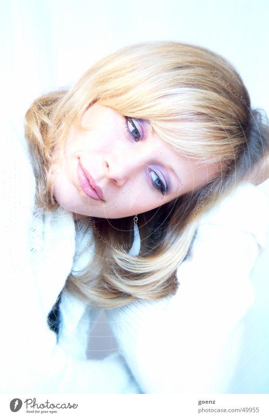 Dreaming Frau schön blau Gesicht Auge kalt Erholung lachen träumen Mund blond Beautyfotografie Model Pause weich zart