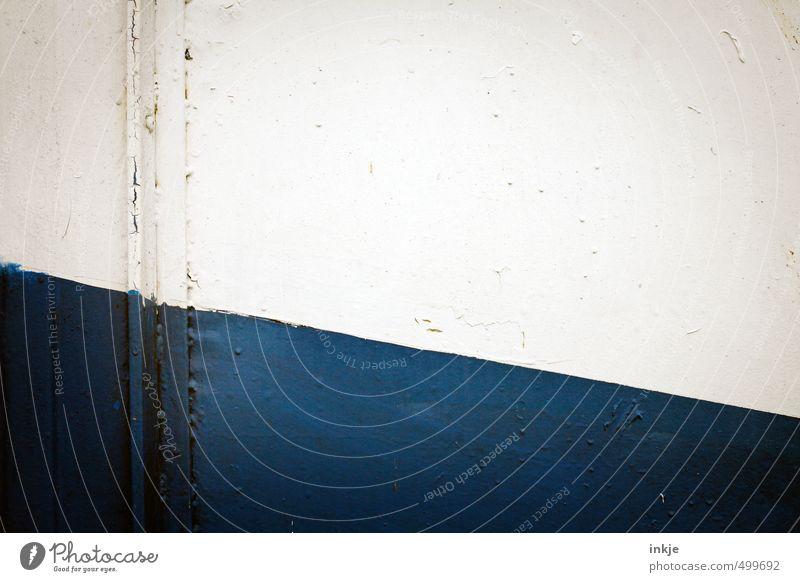 der Horizont ist schief Menschenleer Schifffahrt An Bord Bordwand Linie Neigung blau weiß diagonal abwärts Kontrast Farbfoto Außenaufnahme Nahaufnahme