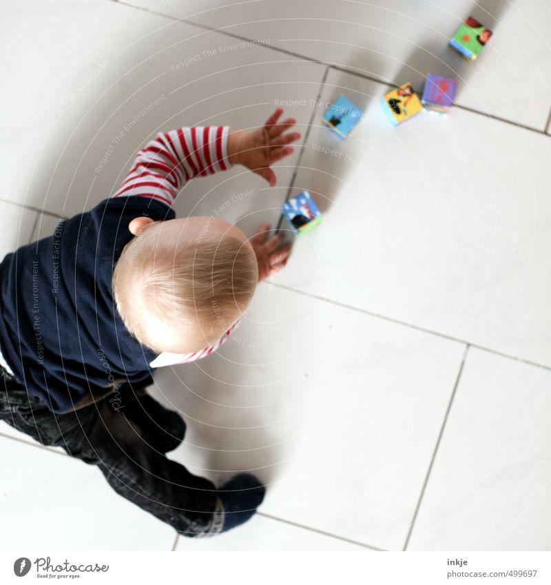 alea iacta est Mensch Kind Hand Freude Leben Junge Spielen Freizeit & Hobby Raum Kindheit Häusliches Leben Rücken Baby lernen Bodenbelag Neugier