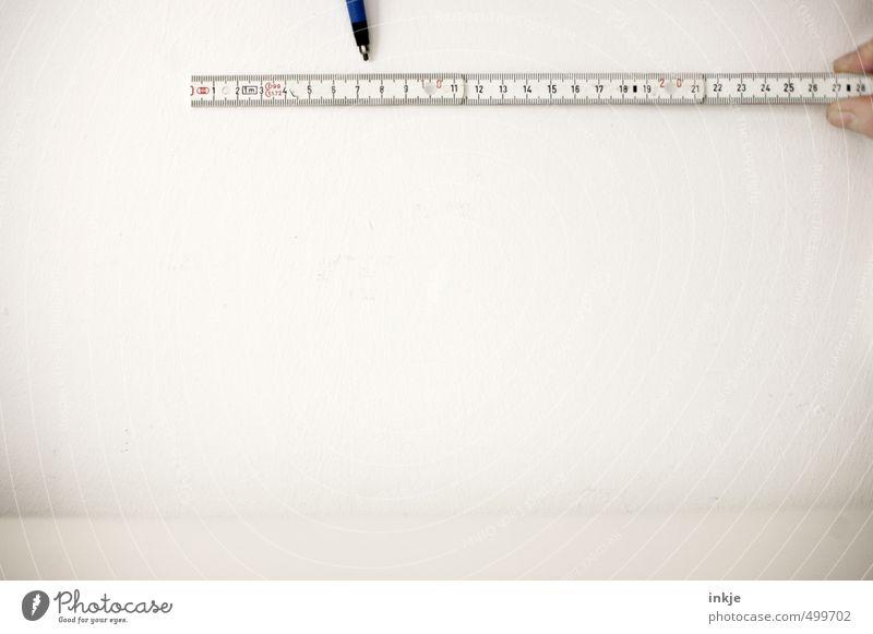 nicht mittig aber immerhin Handwerker Baustelle Messinstrument Zollstock Leben Finger Mauer Wand Schreibstift weiß Gefühle gewissenhaft Kontrolle planen