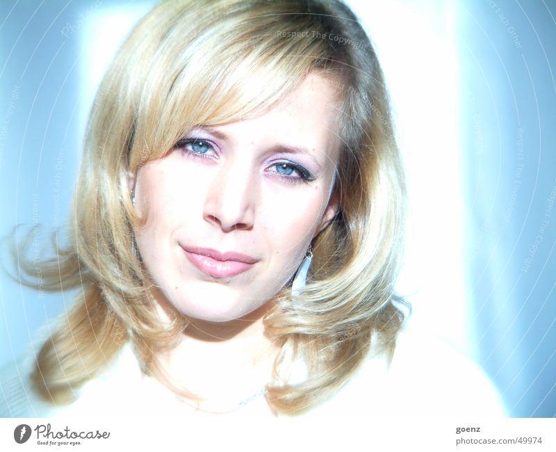 Watching you !!! Frau schön Model Beautyfotografie blond weich kalt zart träumen Licht Blick geschminkt Gesicht babe Ohrringe ausdrucksstark Auge Mund blau