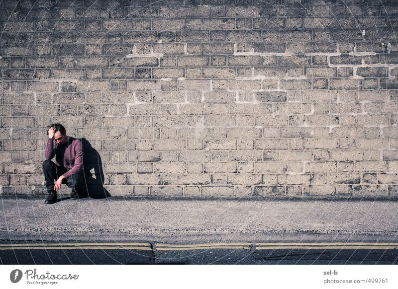 an eine Wand Arbeitslosigkeit maskulin Junger Mann Jugendliche 1 Mensch 18-30 Jahre Erwachsene Stadt Stadtzentrum Mauer Straße Stiefel Denken hocken verblüht
