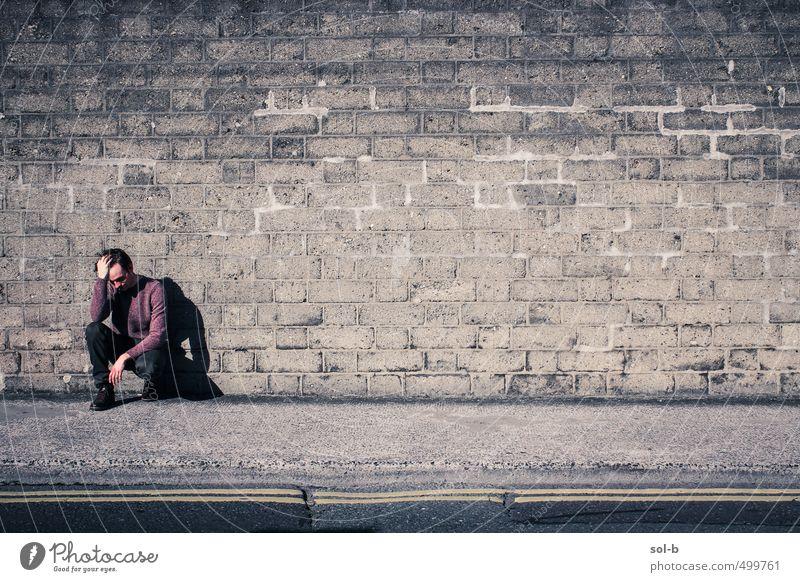 Mensch Jugendliche Stadt Einsamkeit Junger Mann 18-30 Jahre Erwachsene dunkel Wand Straße Traurigkeit Mauer Denken maskulin Armut Trauer