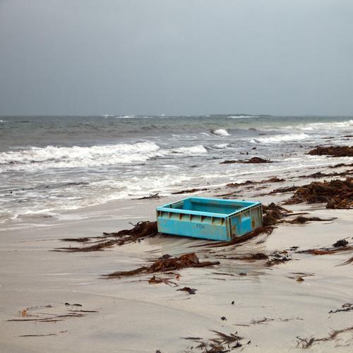 Fremdkörper Wasser Meer Strand Umwelt Küste Sand dreckig Wellen Wachstum kaputt Industrie Güterverkehr & Logistik Kunststoff Müll Reichtum Kasten