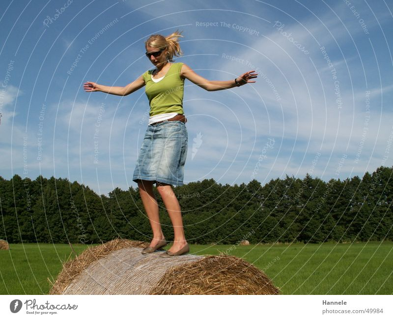 i belive i can fly... Heuballen Rolle Strohrolle Wald Tanne Wolken Cirrus springen Frau Sommer Wiese Feld Himmel Freude