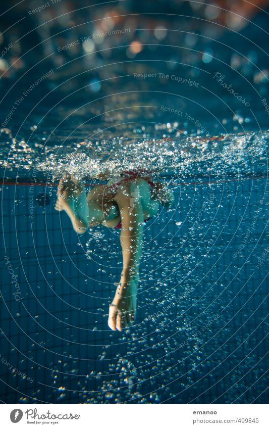 Stramplerin Freude Wohlgefühl Erholung ruhig Schwimmen & Baden Wassersport tauchen Schwimmbad Mensch feminin Frau Erwachsene Jugendliche Beine Fuß 1 Luft