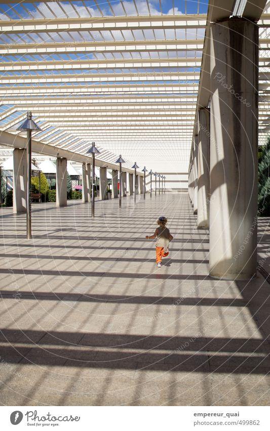 Unendlich Mensch Kind Junge 1 Himmel Schönes Wetter Menschenleer Platz Flughafen Bauwerk Architektur Fassade Garten Dach Fußgänger rennen laufen Ferne