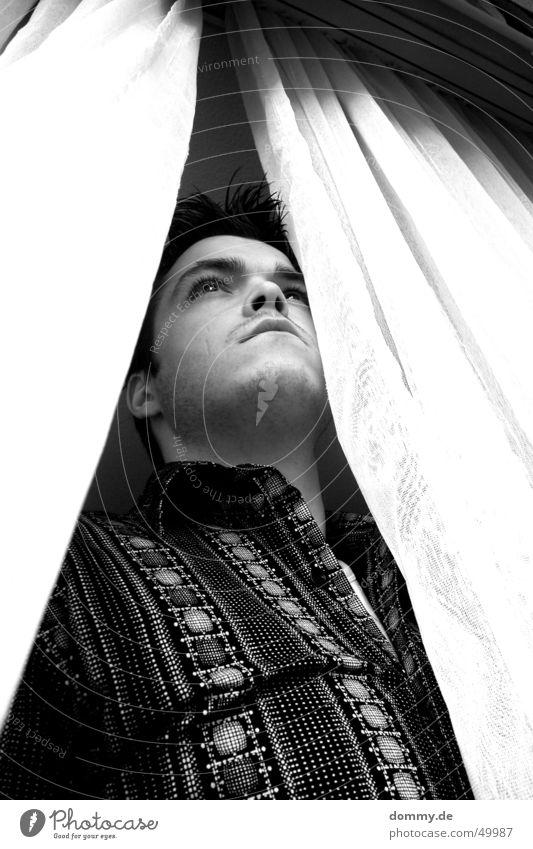 wann kommt Sie denn ? Mann stehen Fenster weiß schwarz Ferne thomas dommy Blick guggen gardienen stores Schwarzweißfoto Nase Mund Auge