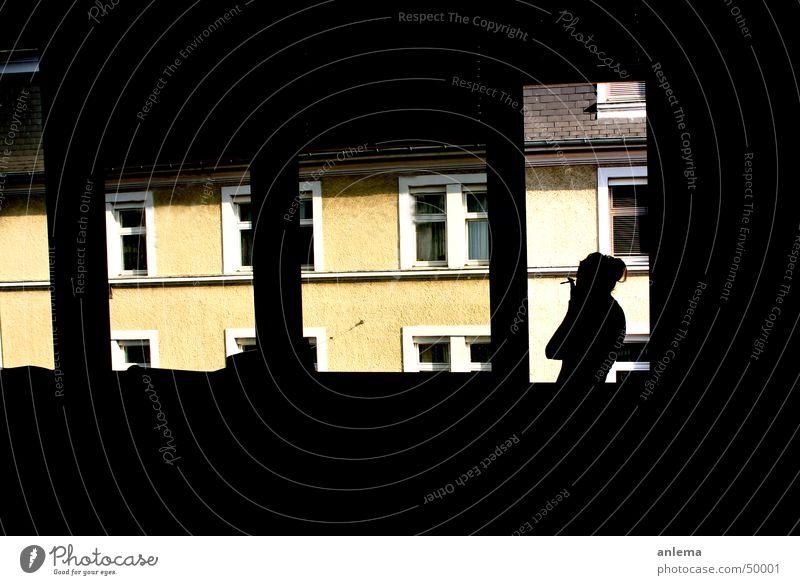 rauchpause Frau Sonne Sommer Haus gelb dunkel Fenster Wärme Traurigkeit Denken hell Glas stehen Pause Trauer Dach