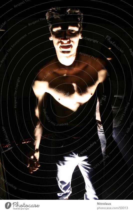 Licht und Schatten Mann dunkel Beleuchtung maskulin gefährlich Strahlung Geister u. Gespenster Muskulatur Scheinwerfer Monster spukhaft Lichtschein Lichtstrahl