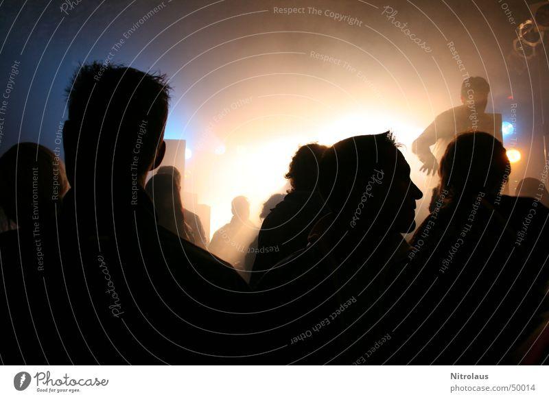 Düstere Leute vor hellem Licht Mensch Party Nebel Disco Show Scheinwerfer