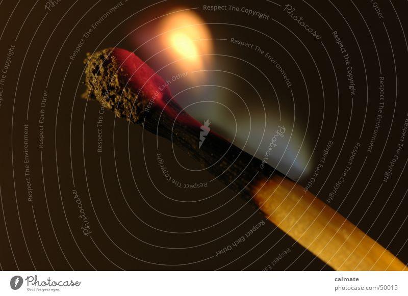 - es brennt noch - Streichholz Licht brennen ausgebrannt heiß glühen Brand Rauch Makroaufnahme Nahaufnahme