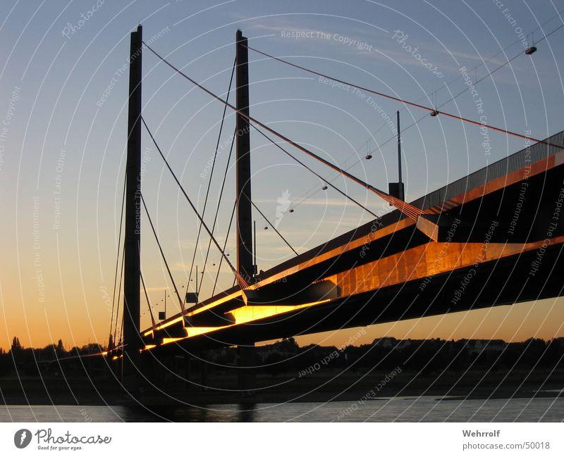 Kniebrücke Düsseldorf Säule streben Stahl Sonnenuntergang Himmel Brücke Wasser Fluss blau water bridge river Rhein sky blue steel sun Pylon