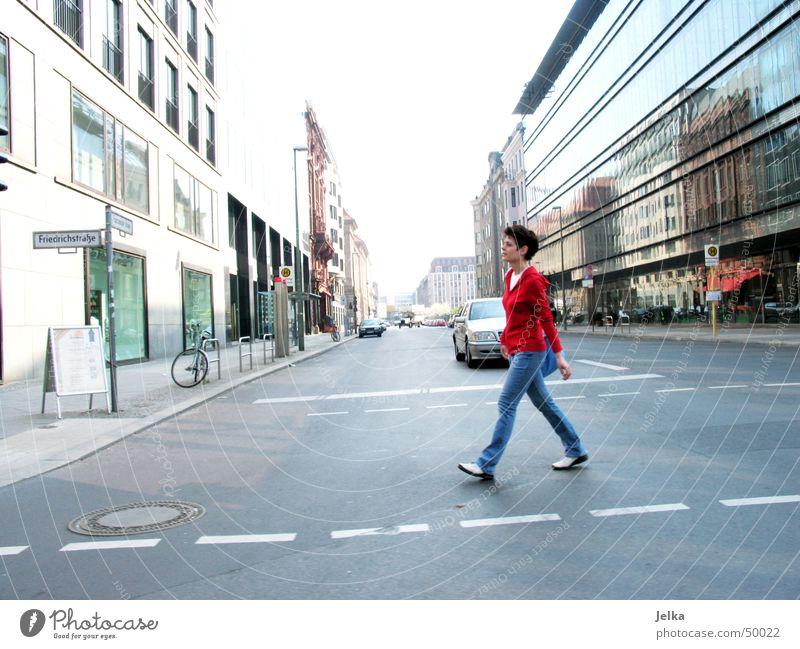 Geherin Mensch Frau Erwachsene Straße Wege & Pfade Berlin gehen PKW Fassade Verkehr KFZ Fußgänger Straßenverkehr Häuserzeile Glasfassade Fahrtwind