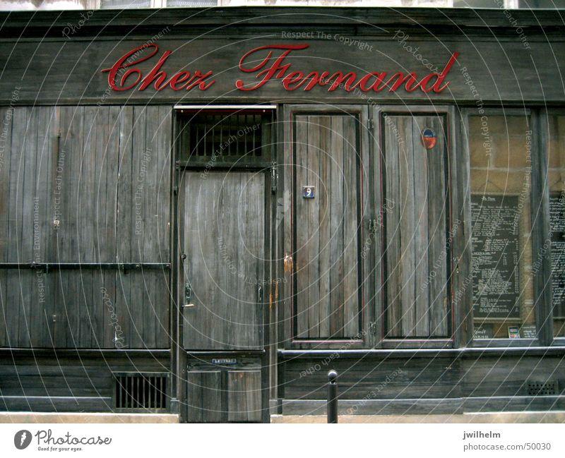 Geschlossenes Restaurant in Paris Restaurante Chez Fernand rot geschlossen Holz dunkel braun Frankreich Einsamkeit einzeln Schriftzeichen fermé closed ruhig