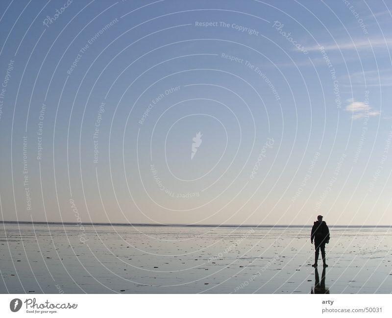 Im Watt Horizont Meer St. Peter-Ording Mann Wattwandern Erholung Außenaufnahme Landschaft Wattenmeer Nordsee Ferne Himmel Einsamkeit leer tief durchatmen