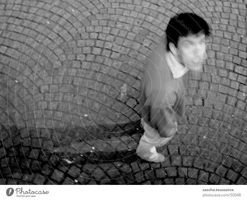 Der Herr in SchwarzWeiß auf Kopfsteinpflaster #1 Schatten dunkel Mann schwarz weiß grau Stein Blick Auge stone shadow darkness view Stil eye mister boy man