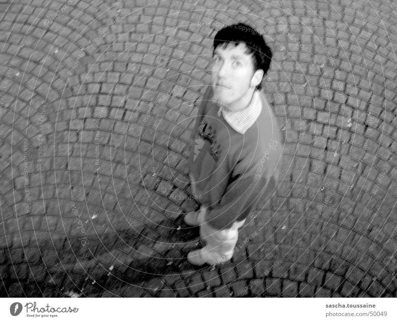 Der Herr in SchwarzWeiß auf Kopfsteinpflaster #2 Mann weiß schwarz Auge dunkel grau Stil Stein