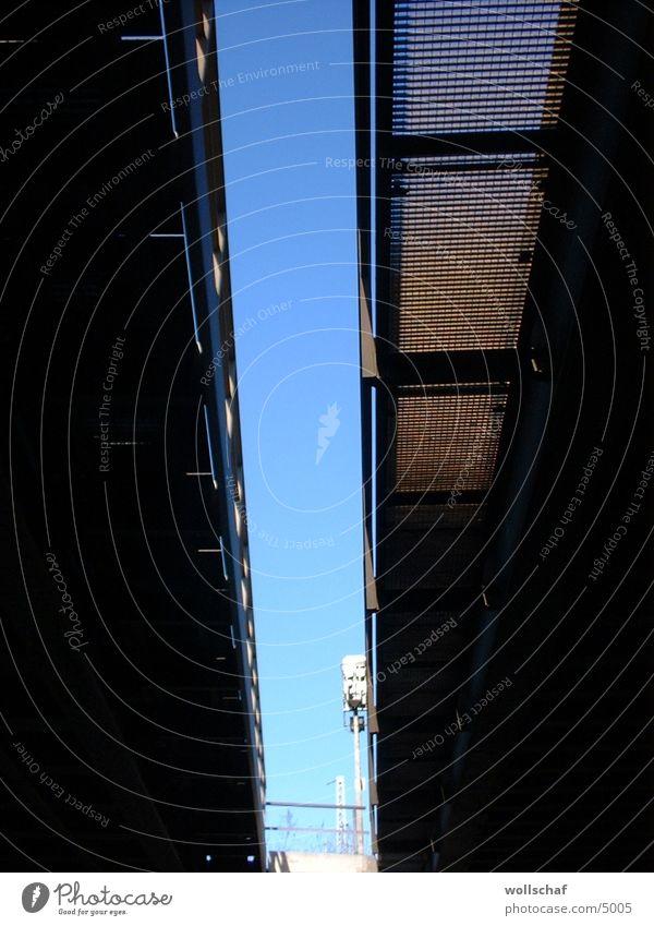 Gleise von unten Architektur Unterführung