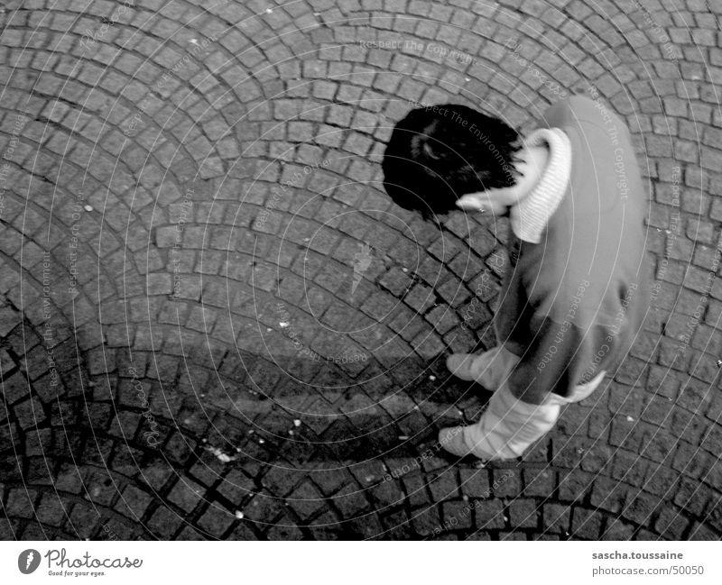 Der Herr in SchwarzWeiß auf Kopfsteinpflaster #3 Mann weiß schwarz Auge dunkel grau Stil Stein