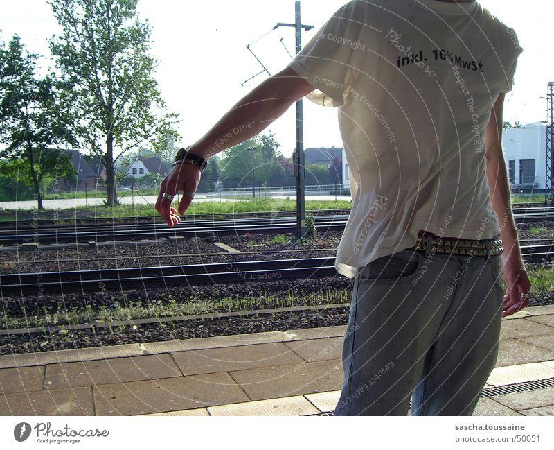 it was a little windy this day... Mann Hand weiß Baum Sonne grün blau braun Arme Wind Armut Eisenbahn gefährlich Jeanshose T-Shirt Ziffern & Zahlen