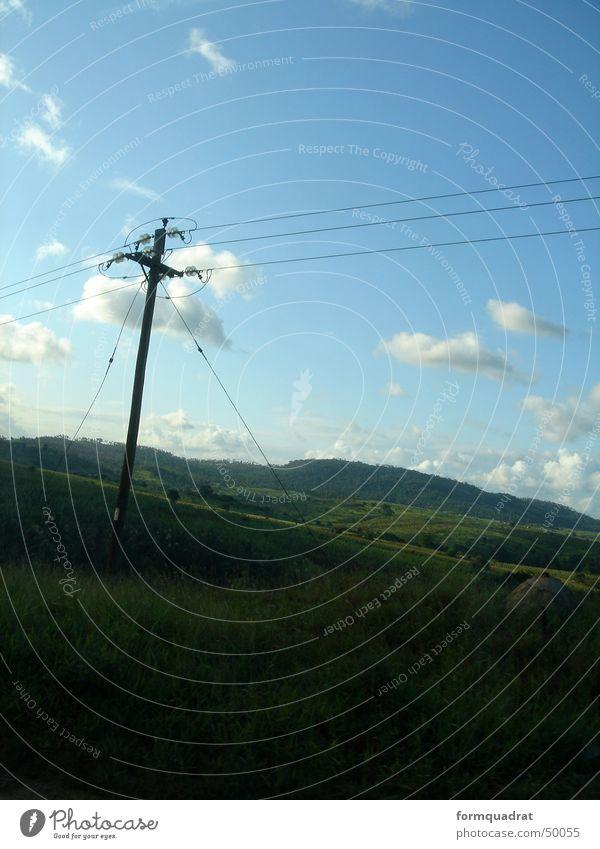 Strom für Mombasa Wolken Elektrizität Strommast Wiese Gras grün Kenia Afrika Hügel Außenaufnahme Landschaft Himmel Freiheit
