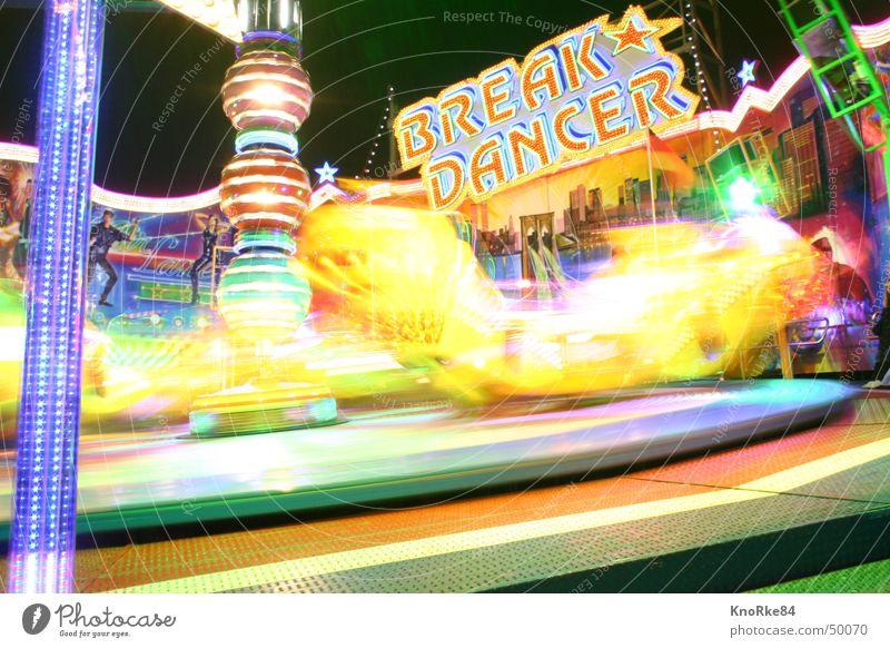 Break Dancer in Action Jahrmarkt Langzeitbelichtung Geschwindigkeit grell Licht Neonlicht Breakdancer Freude Graben