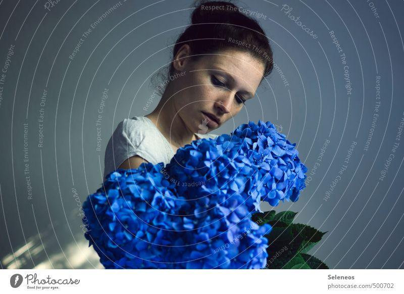 blau Körper Haare & Frisuren Haut Gesicht Mensch feminin Frau Erwachsene Auge Ohr Nase Mund Lippen 1 18-30 Jahre Jugendliche Pflanze Blume Blatt Blüte Hortensie