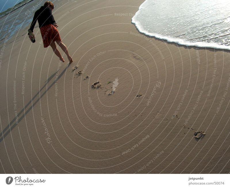 strandläuferin Wasser Meer Strand Sand Wellen Spuren Fußspur
