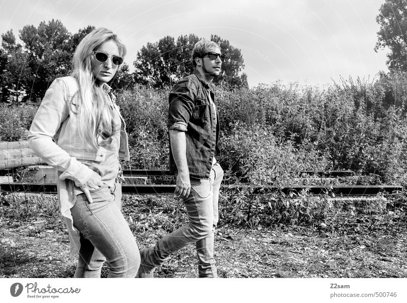 ZWEISAM Mensch Jugendliche Baum Junge Frau Junger Mann 18-30 Jahre Erwachsene Stil gehen Paar Zusammensein blond Lifestyle Sträucher Coolness retro