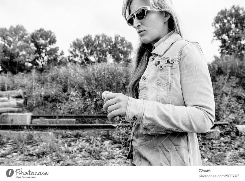 SHE Lifestyle elegant Stil feminin Junge Frau Jugendliche 1 Mensch 18-30 Jahre Erwachsene Natur Landschaft Baum Sträucher Mode Jeansjacke Sonnenbrille blond