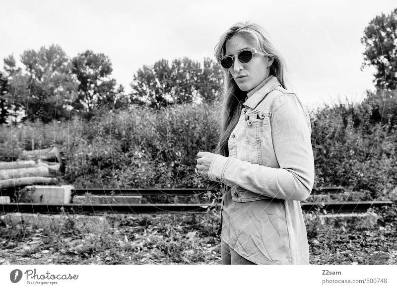 ROCKERIN Lifestyle elegant Stil feminin Junge Frau Jugendliche 1 Mensch 18-30 Jahre Erwachsene Sträucher Wiese Mode Jeanshose Jeansjacke Sonnenbrille blond