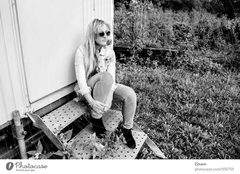 SHE II Lifestyle elegant Stil feminin Junge Frau Jugendliche 18-30 Jahre Erwachsene Herbst Schönes Wetter Sträucher Wiese Treppe Bauwagen Mode Jeanshose