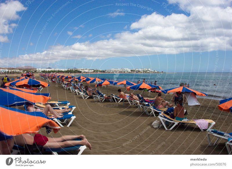 Strandleben Meer Lanzarote Ferien & Urlaub & Reisen Sonnenschirm Liegestuhl Spanien Kanaren Vulkaninsel Sehnsucht Außenaufnahme Momentaufnahme liegen Sand