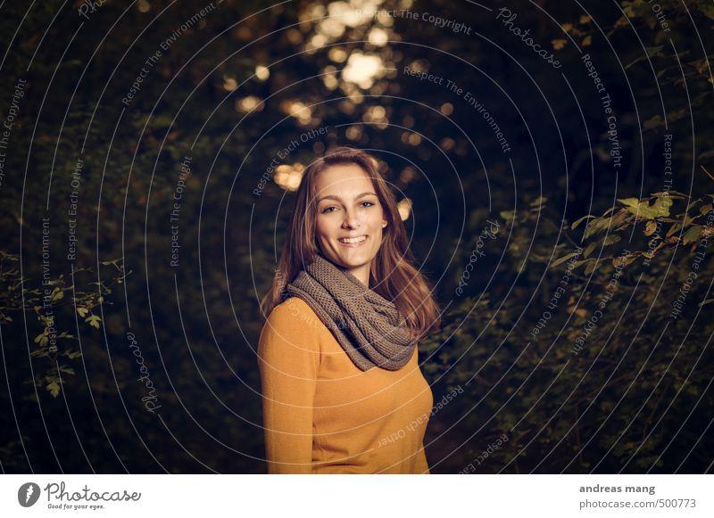 Ein Lächeln Mensch Natur Jugendliche schön Junge Frau 18-30 Jahre Wald Erwachsene gelb dunkel feminin lachen Glück Freizeit & Hobby gold Zufriedenheit