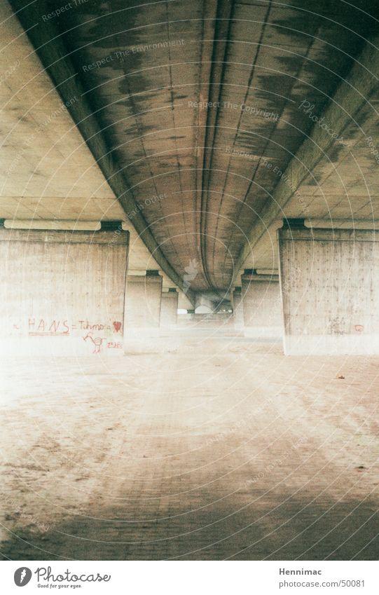 Die Brücke alt grün Ferne gelb Straße Gefühle Traurigkeit Mauer Architektur Graffiti Linie Herz dreckig Beton Verkehr