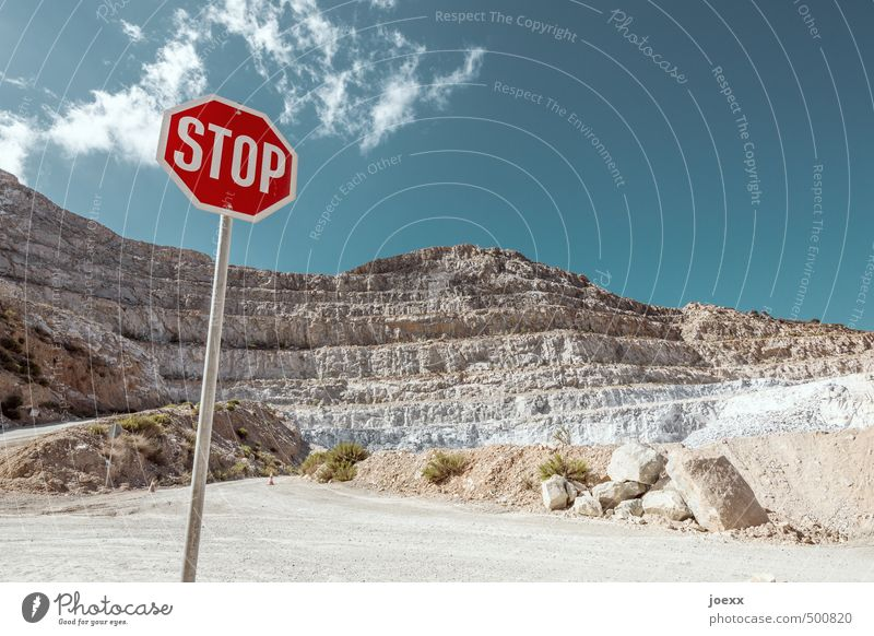 STOP Landschaft Himmel Wolken Sommer Schönes Wetter Felsen Berge u. Gebirge Straße Stein Zeichen Schilder & Markierungen Hinweisschild Warnschild