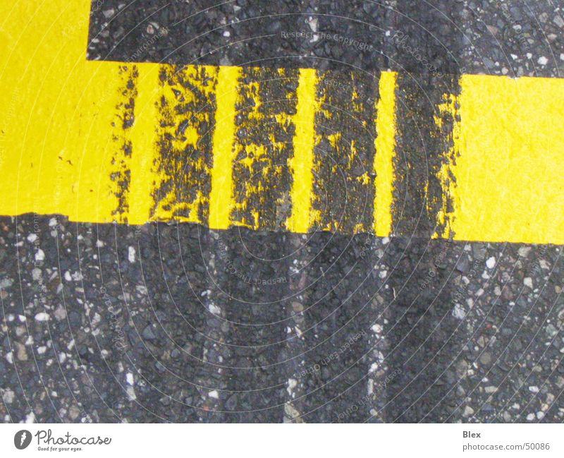 Bremsspur Spuren Abrieb Formel 1 Asphalt Gummi Makroaufnahme Fährte Straßenhaftung Furche Beschleunigung Teer Verkehr schwarz gelb Rennsport Bodenbelag Beginn