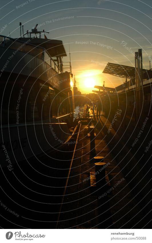 Hamburger Hafen im Spätsommer Sommer Wasserfahrzeug Dampfschiff Sonnenuntergang Abenddämmerung Anlegestelle