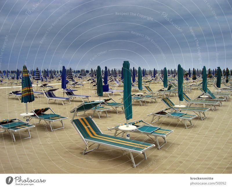 Wolkenbruch Wolkenhimmel Strand Liegestuhl Sonnenschirm Sandstrand Italien Cervia Sturm Regen Ferien & Urlaub & Reisen Badeurlaub Sommerferien leer