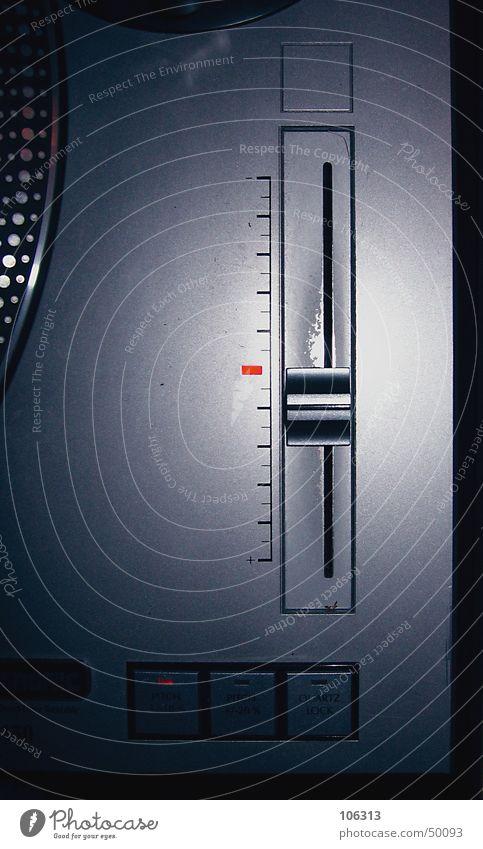SUPERPITCHER Plattenspieler Zufriedenheit regulieren Schieberegler Omnitronic Skala schieben Regler Regel Club Nachtleben alt schäbig Metall Dinge technisch rot