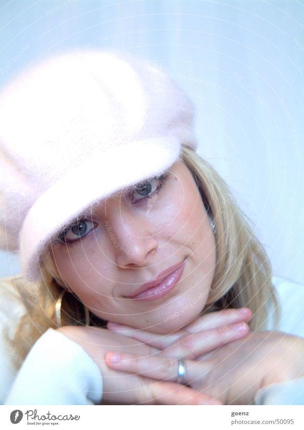 Ich bin ganz Ohr .. Frau schön blau Gesicht Auge kalt lachen Mund blond rosa Finger Beautyfotografie Kreis Model weich zart