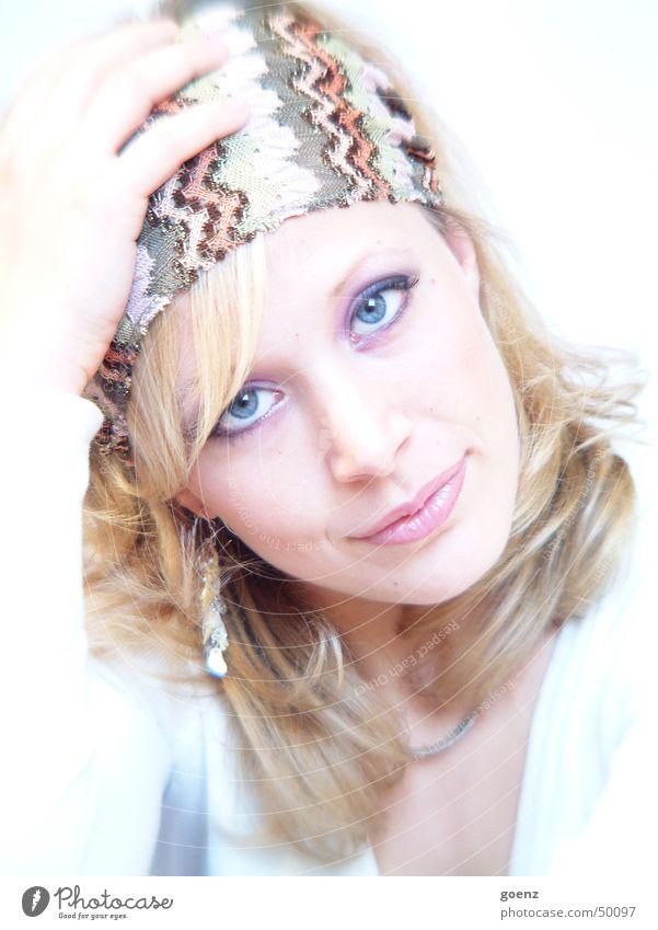 Unwiderstehlich (für mich) Frau schön Model Beautyfotografie blond Physik Gesicht babe Ohrringe ausdrucksstark Auge Mund blau Tuch Wärme