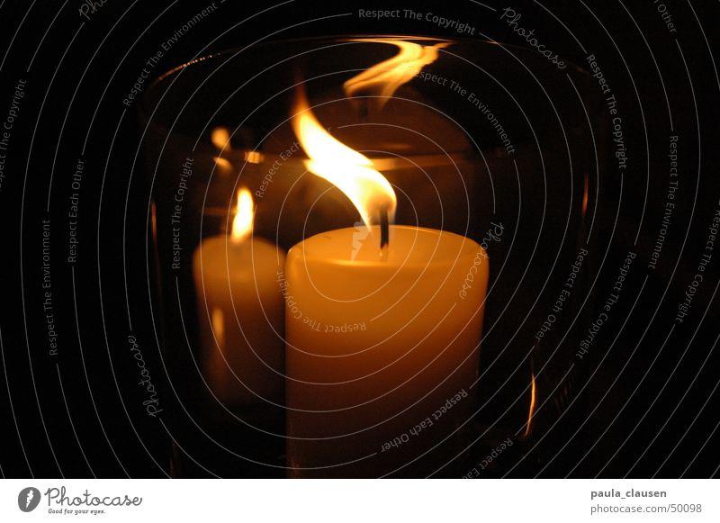 Kerze dunkel Reflexion & Spiegelung Abenddämmerung Nacht Kerzenschein Wachs beige 2 kerzen Flamme Verzerrung Glas Brand weihnachtsstimmung Lichterscheinung