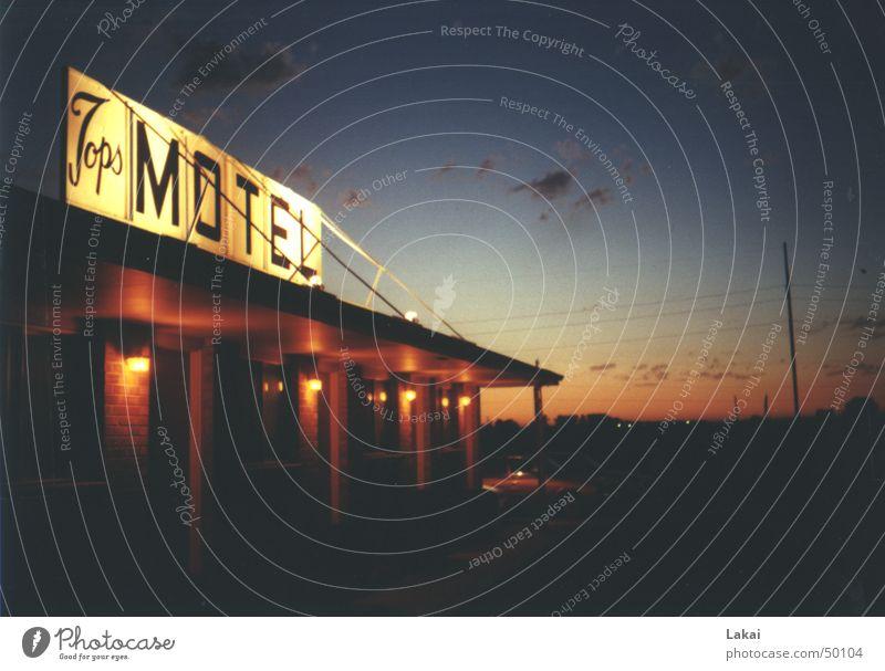 Motel USA Amerika Einsamkeit Romantik ruhig Außenaufnahme PKW Abend Himmel