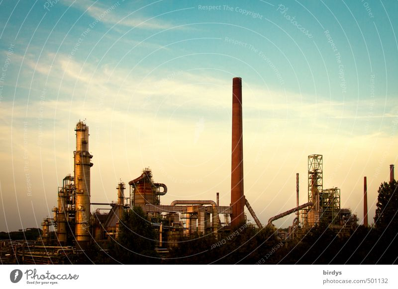 Petrochemie pittoresk Himmel blau Wolken dunkel gelb trist Energiewirtschaft ästhetisch Turm Industrie Schornstein Blauer Himmel Umweltverschmutzung Fortschritt Industrieanlage Leistung
