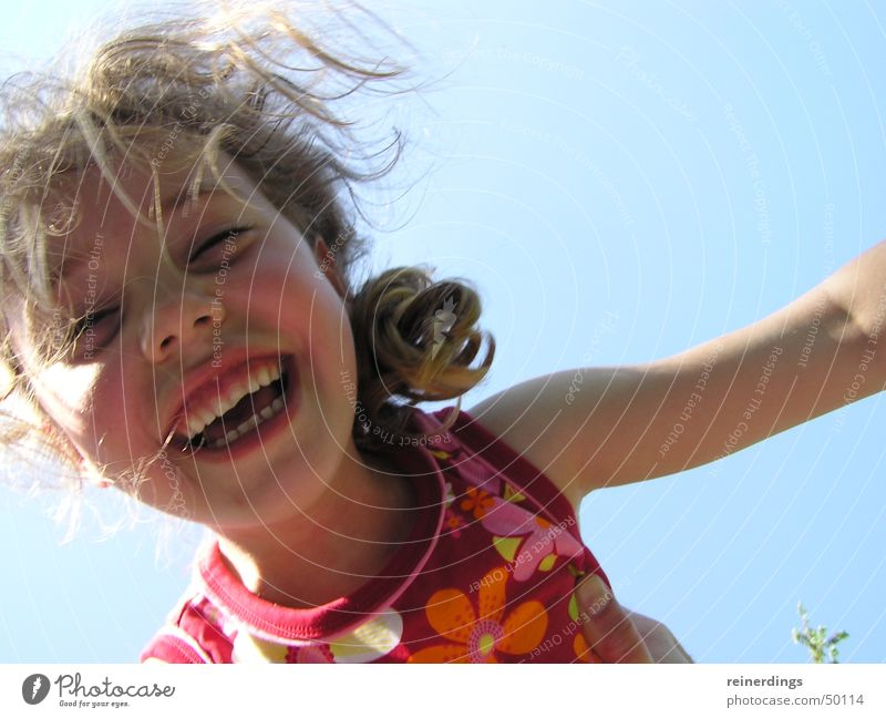 nur fliegen ist schöner Kind Mädchen Himmel Sonne blau rot Sommer Freude Gesicht Glück lachen blond fliegen Lebensfreude Locken Sommerkleid